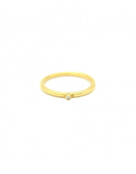 Anillo de plata bañado en oro amarillo con un diamante de 0.01quilates